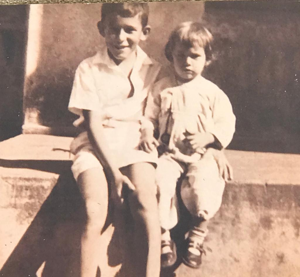 Alexandre Garcia quando criança, ao lado da irmã Marília