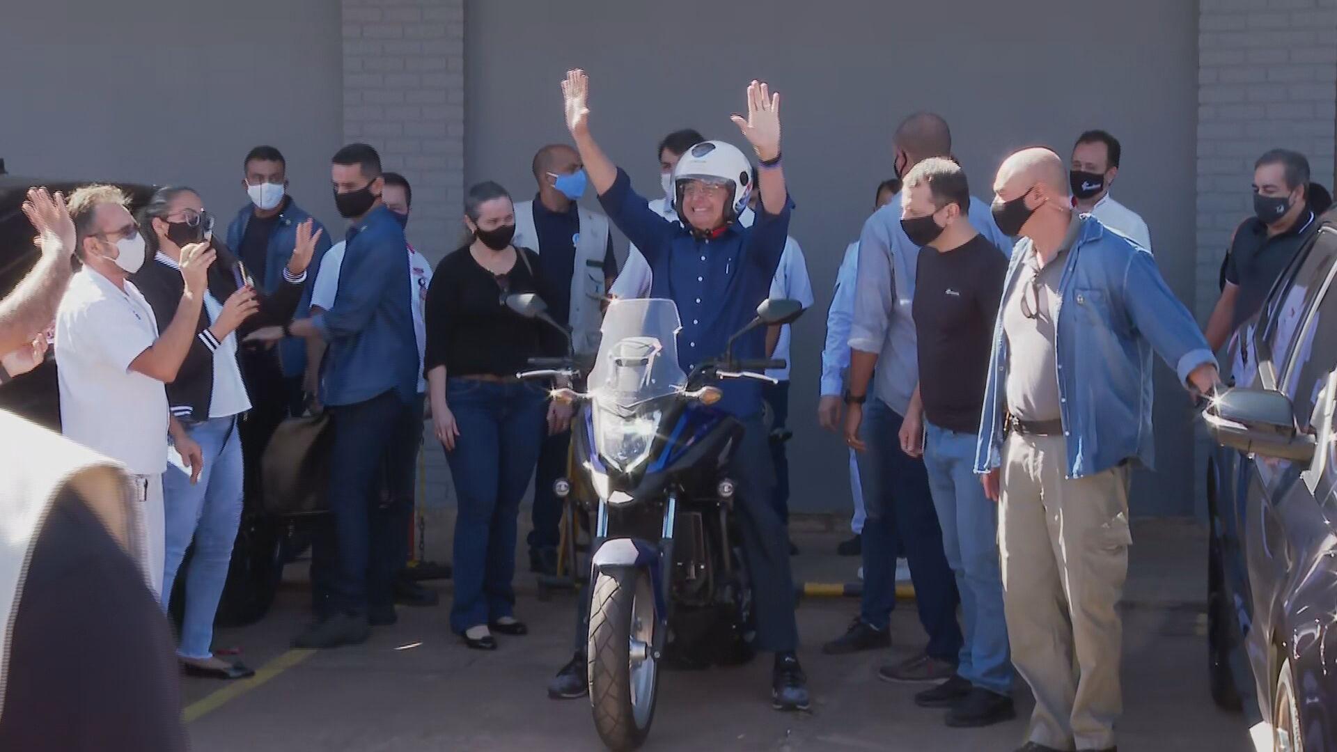 Jair Bolsonaro anda de moto após testar negativo (25.jul.2020)
