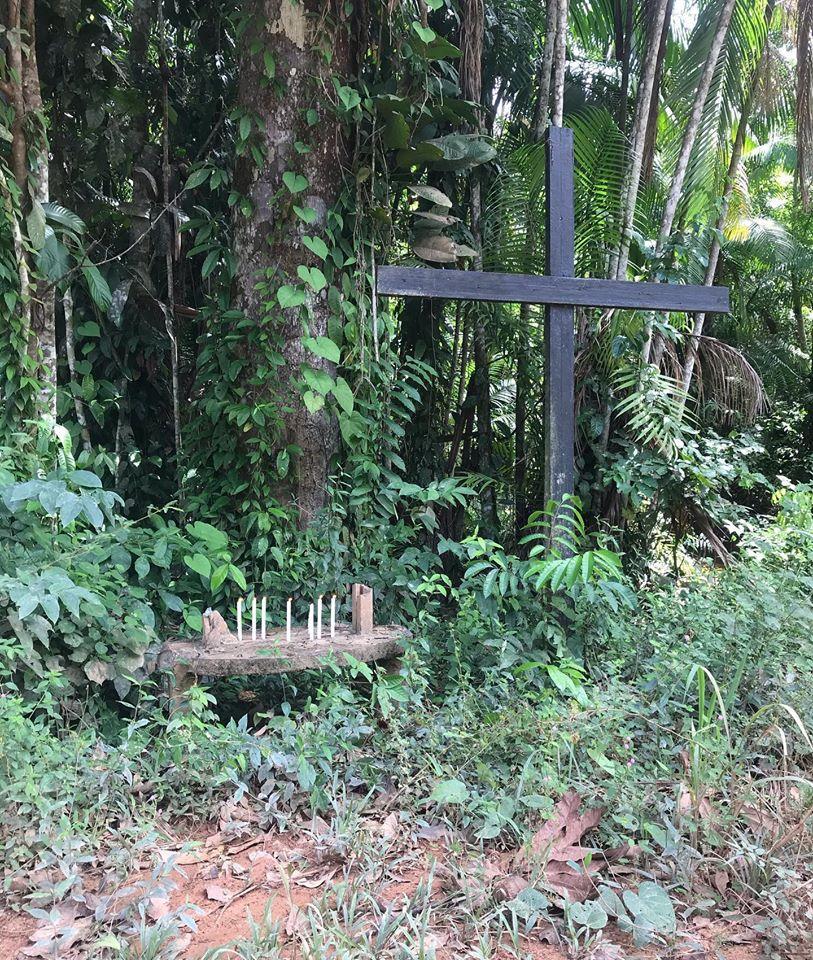 Placa quebrada em homenagem a Zé Cláudio e Maria