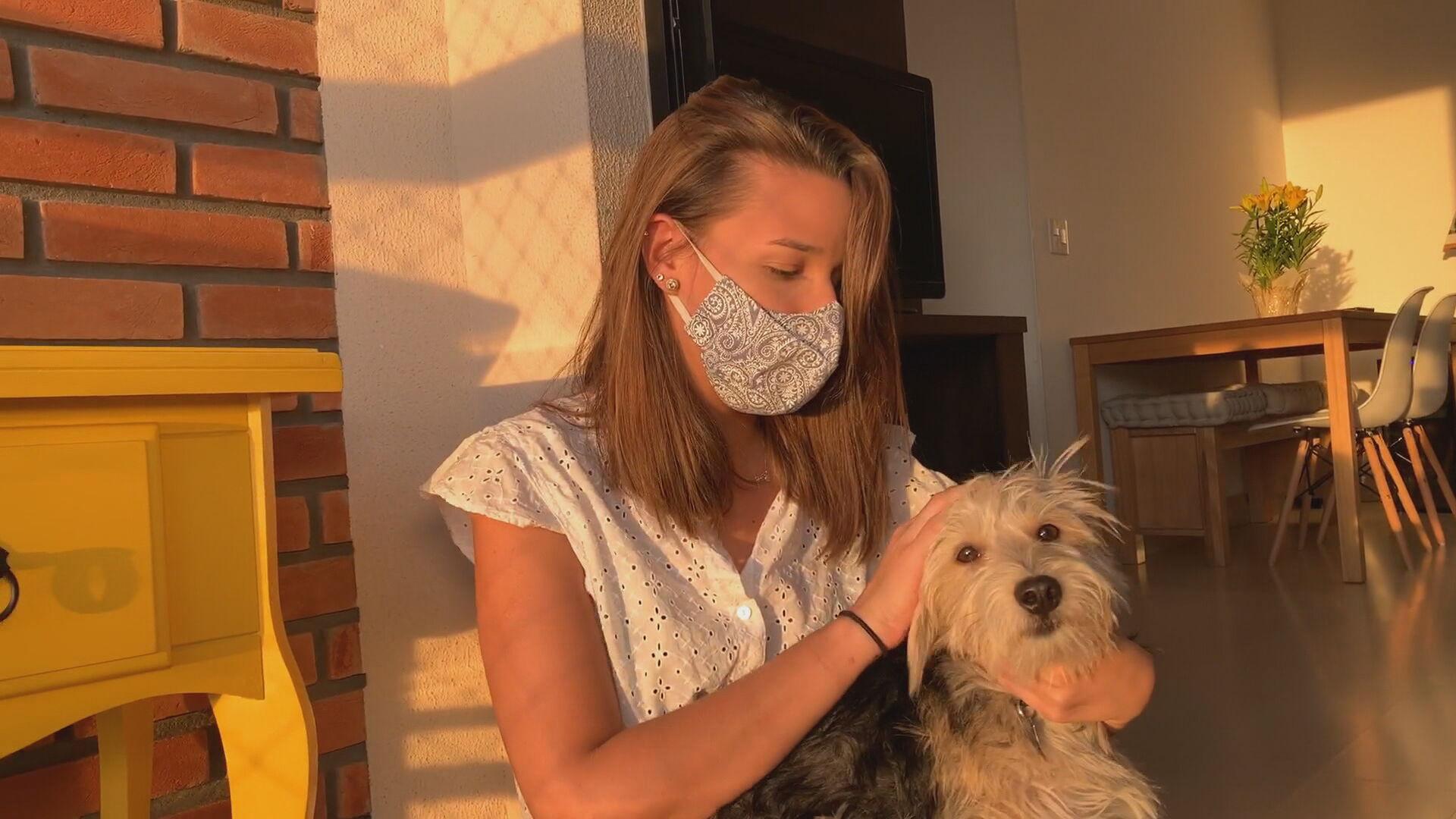 Cachorro adotado durante a pandemia ganha carinho da dona