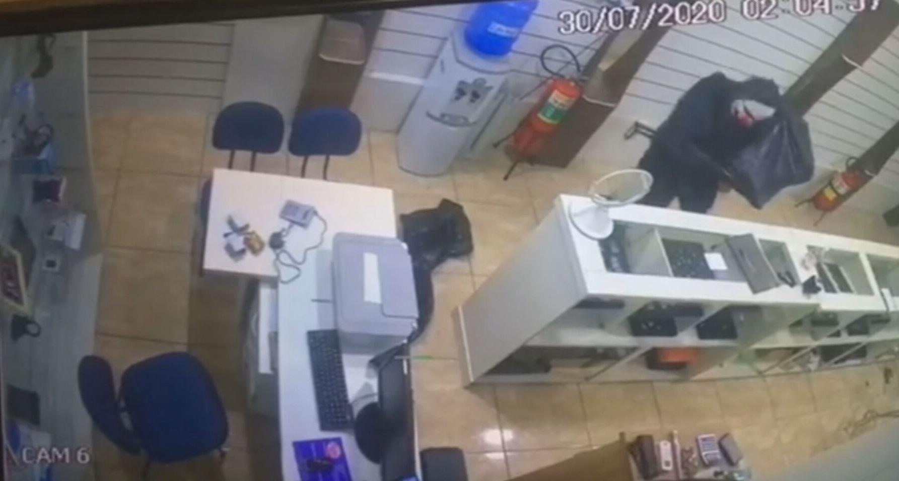 Imagem de câmera de segurança mostra criminoso mascarado durante assalto