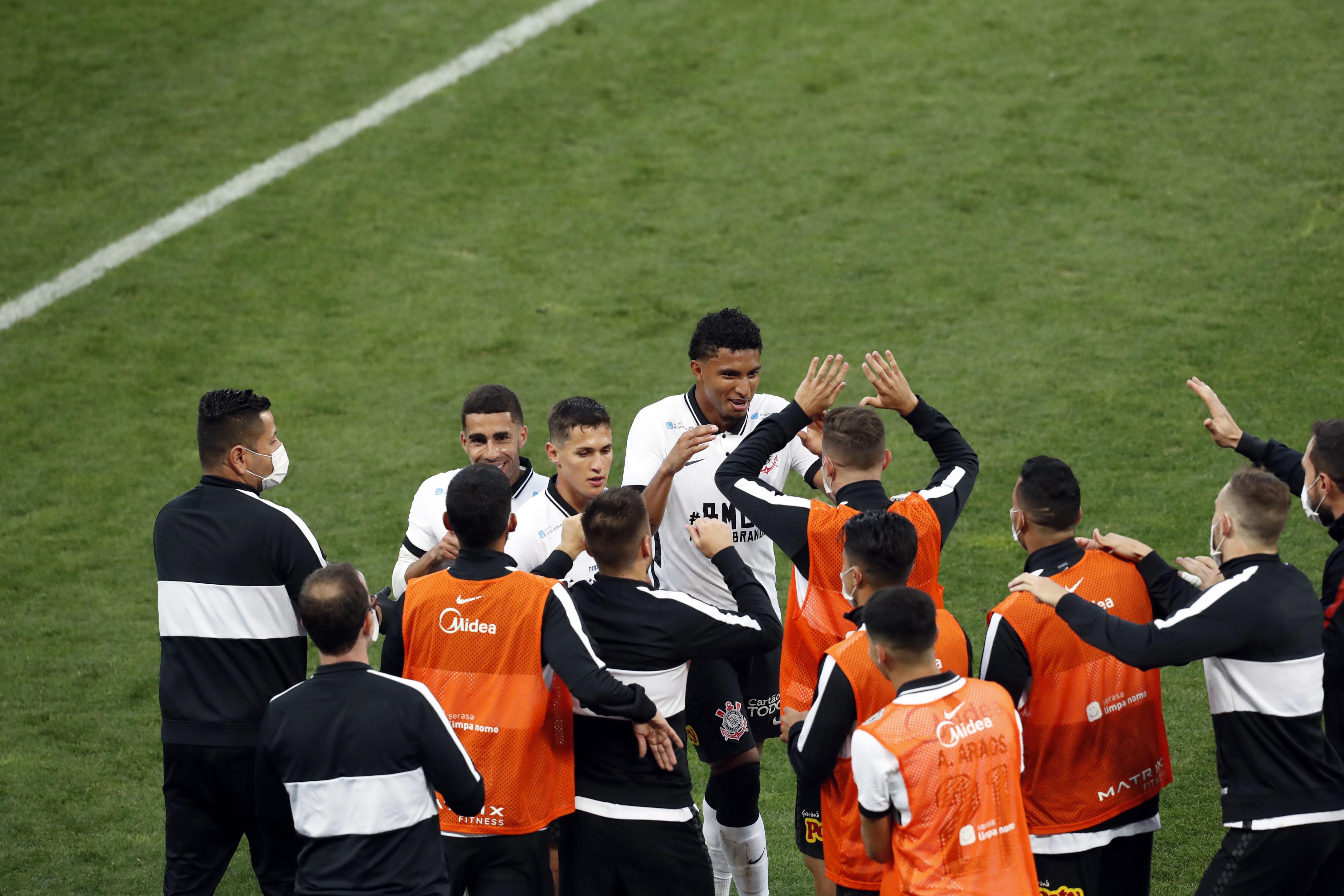 Jogadores do Corinthians comemoram gol na semi-final do Campeonato Paulista