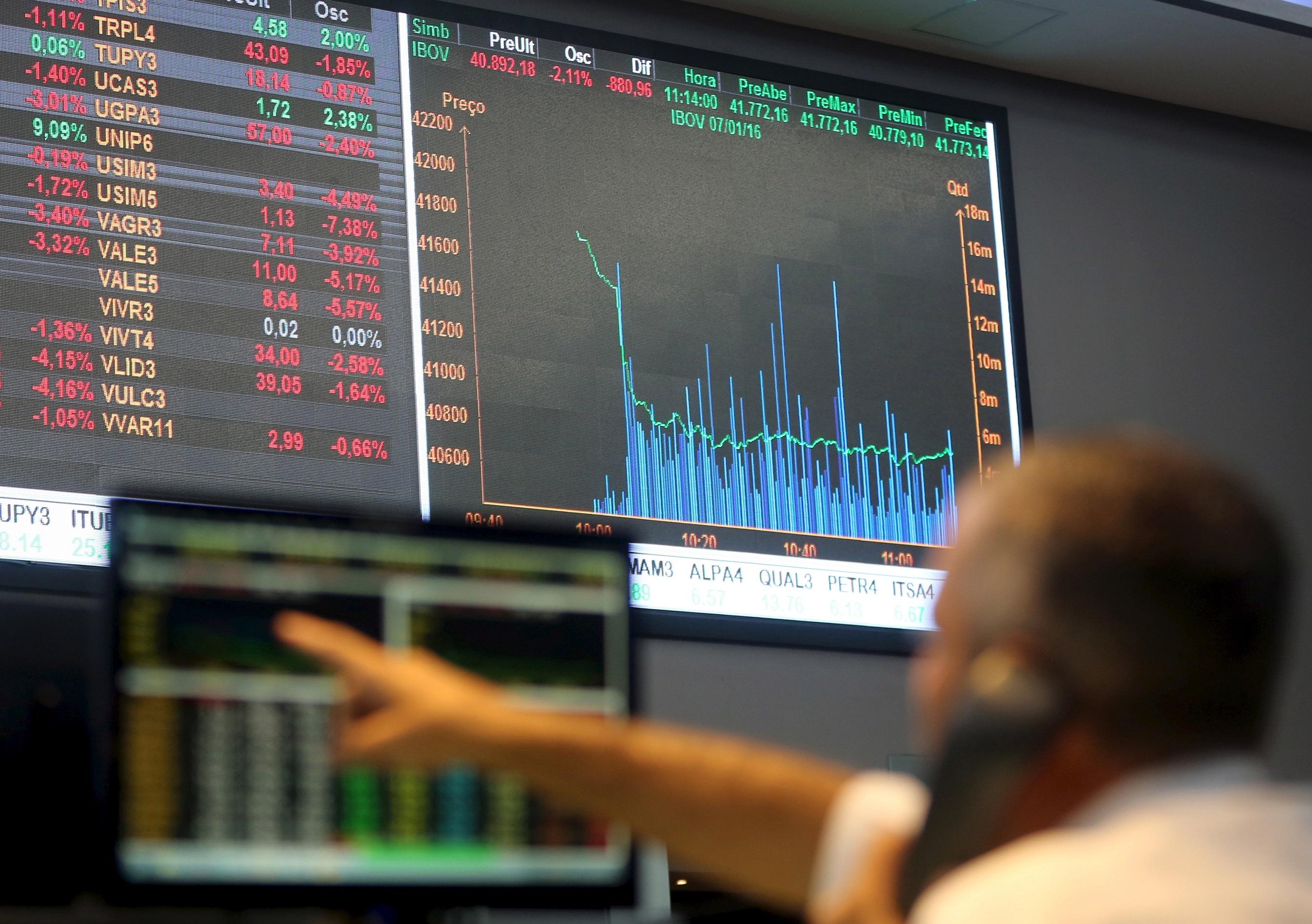 Operador da bolsa de valores brasileira, a B3, em 7 de janeiro de 2016