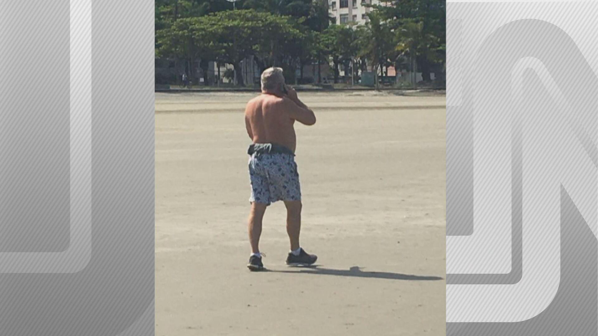 O desembargador Eduardo Siqueira em foto tirada na praia de Santos