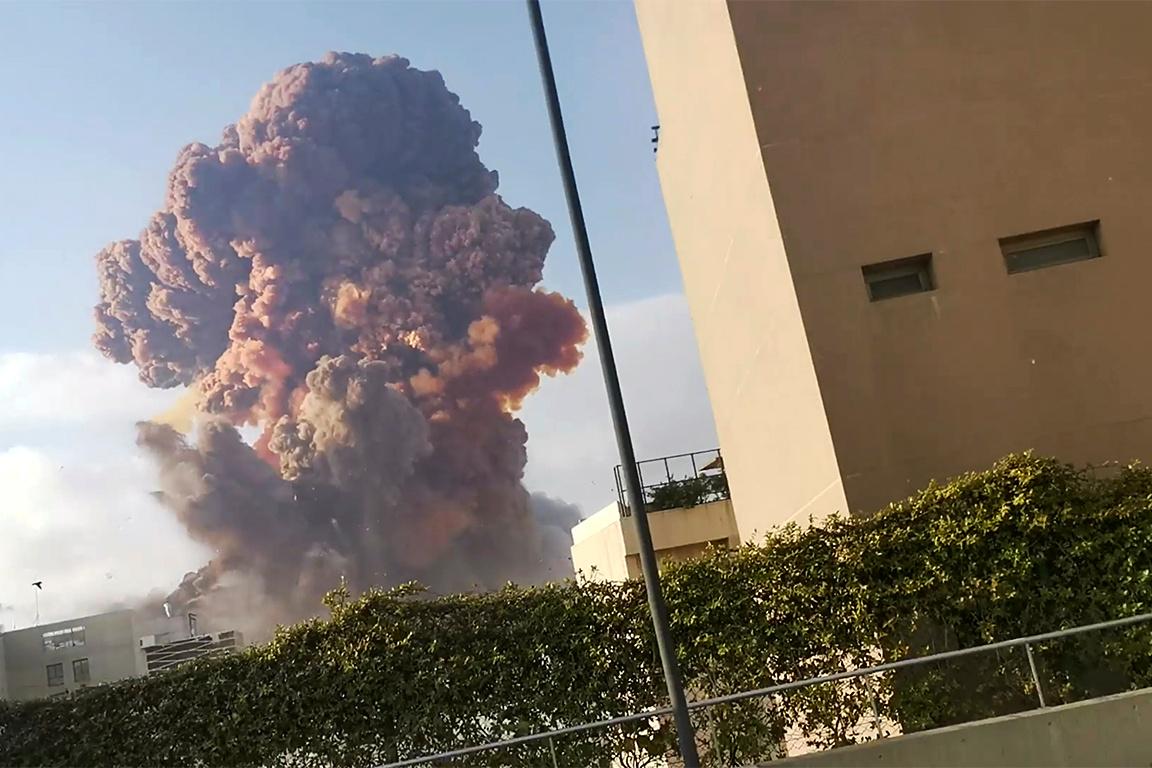 Fumaça na região portuária de Beirute após explosão