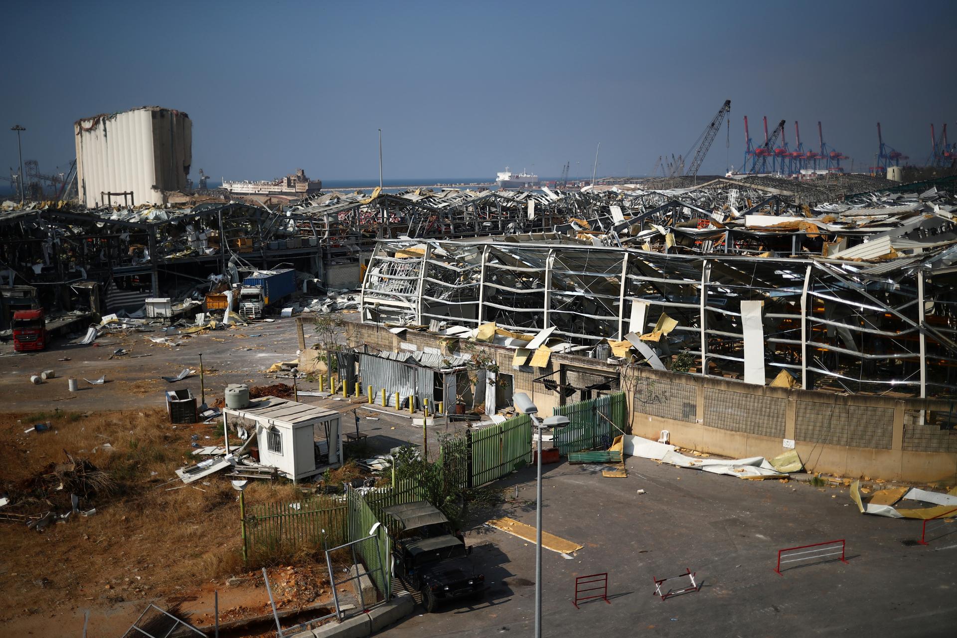 Destruição causada por explosão em área portuária de Beirute