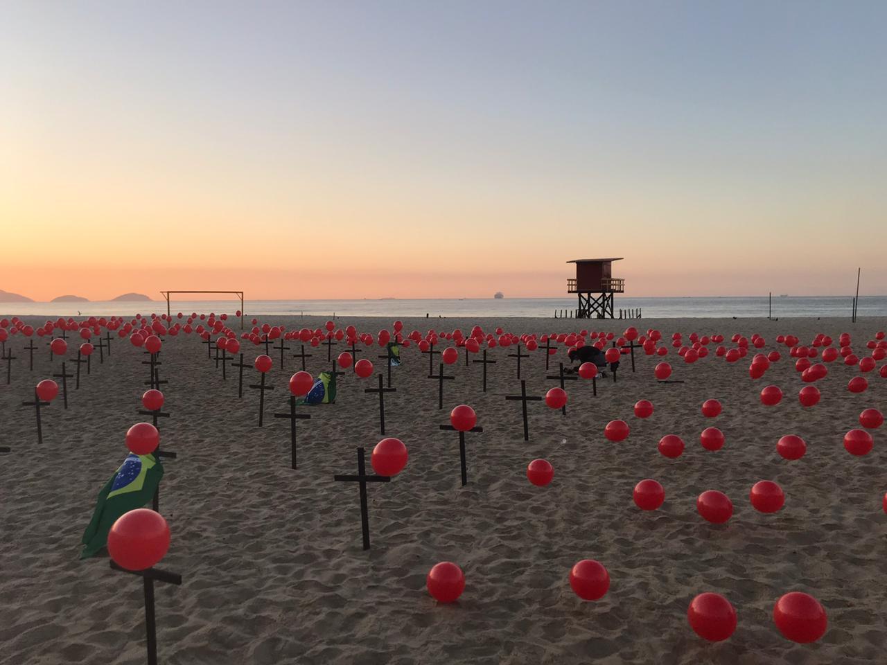 Homenagem na praia de Copacabana aos 100 mil mortos da Covid-19