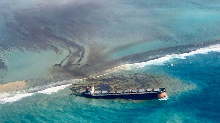 Naufrágio de navio despeja toneladas de óleo nas Ilhas Maurício