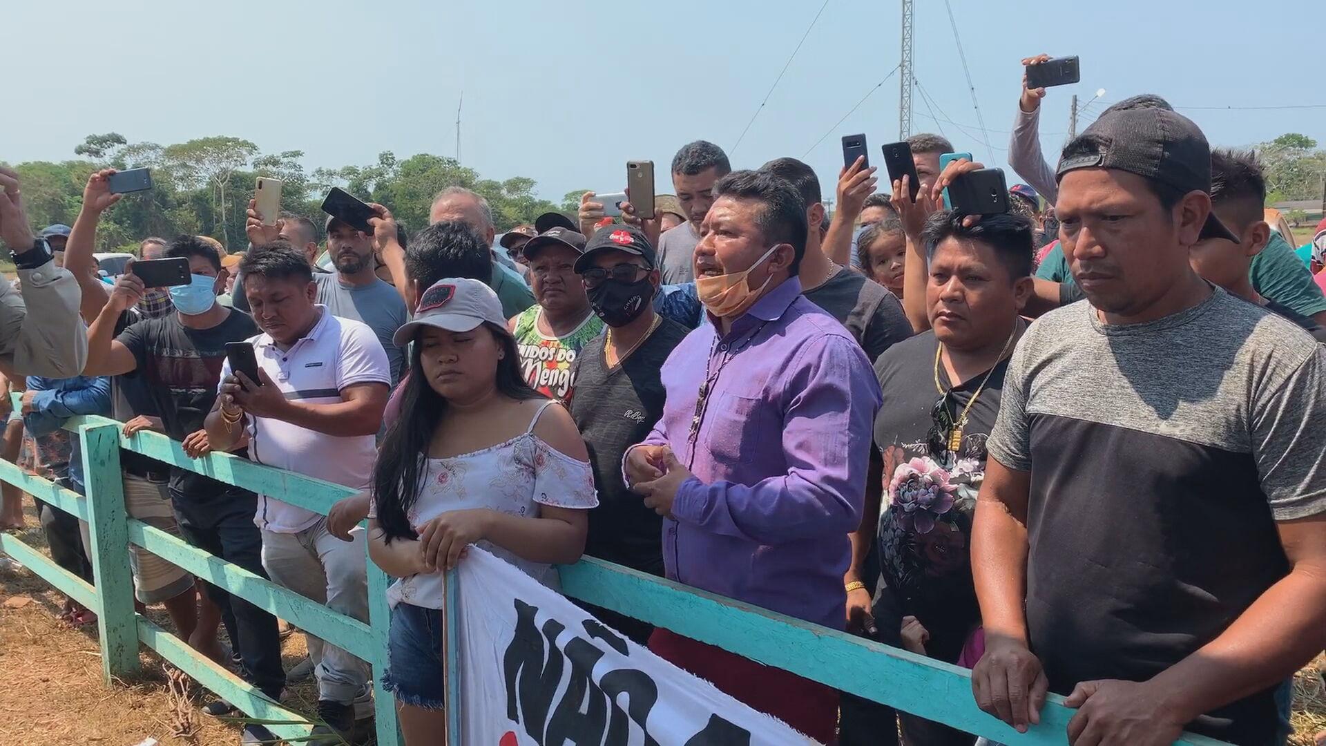 Grupo de indígenas Munduruku fecham pista de pouso em Jacareacanga, no Pará