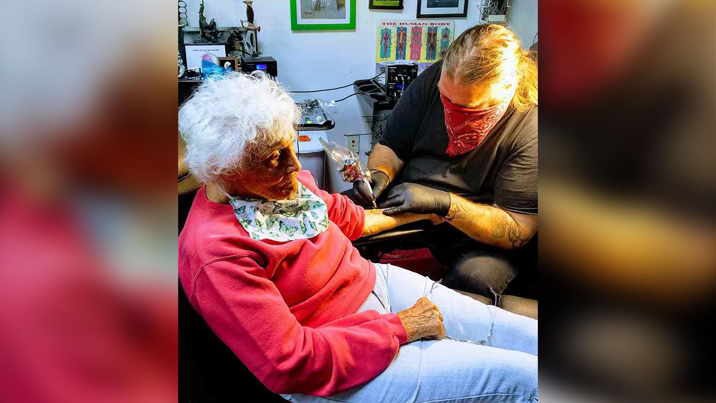 Dorothy Pollack faz sua primeira tatuagem aos 103 anos
