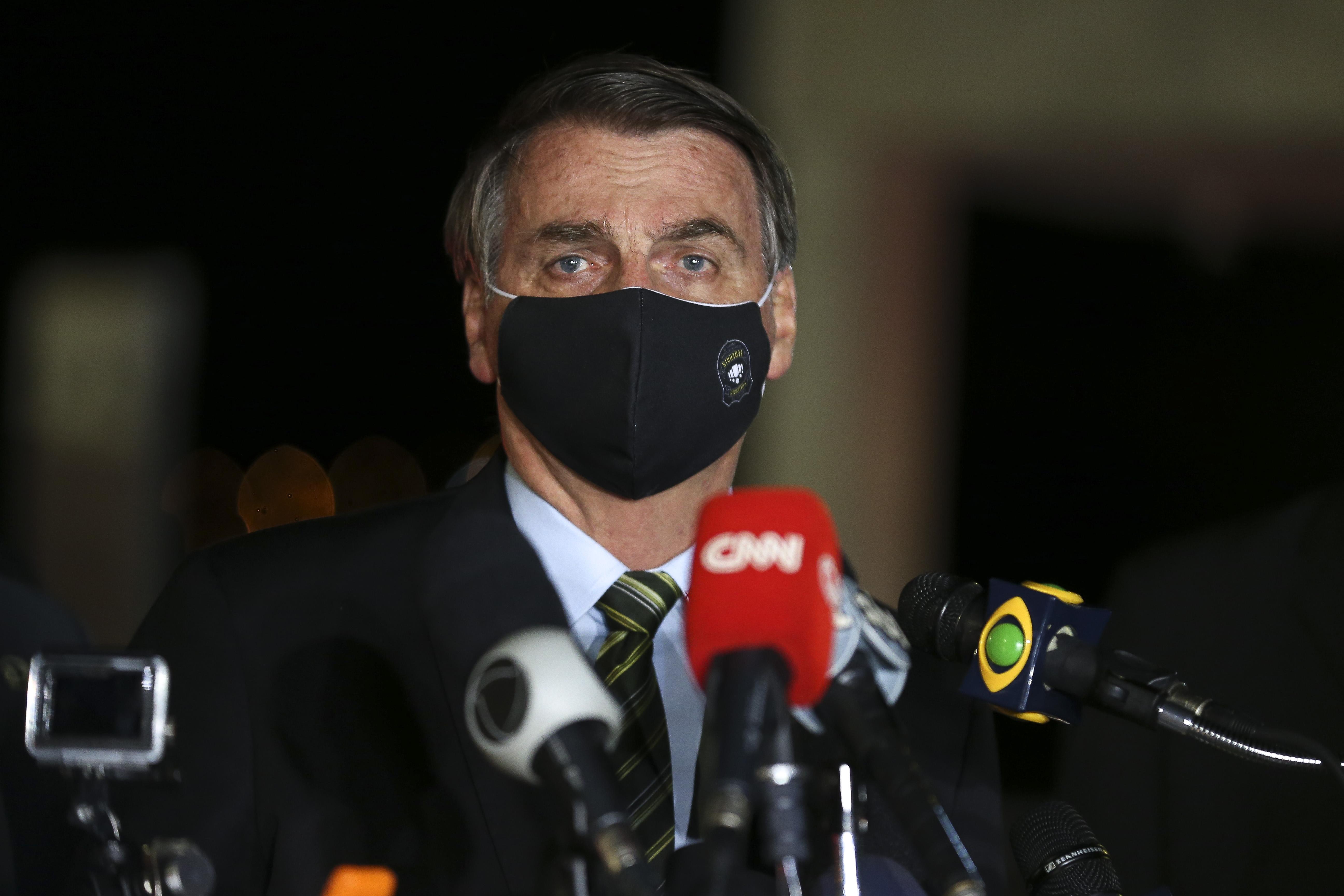 O presidente Jair Bolsonaro conversa com repórteres no Palácio da Alvorada