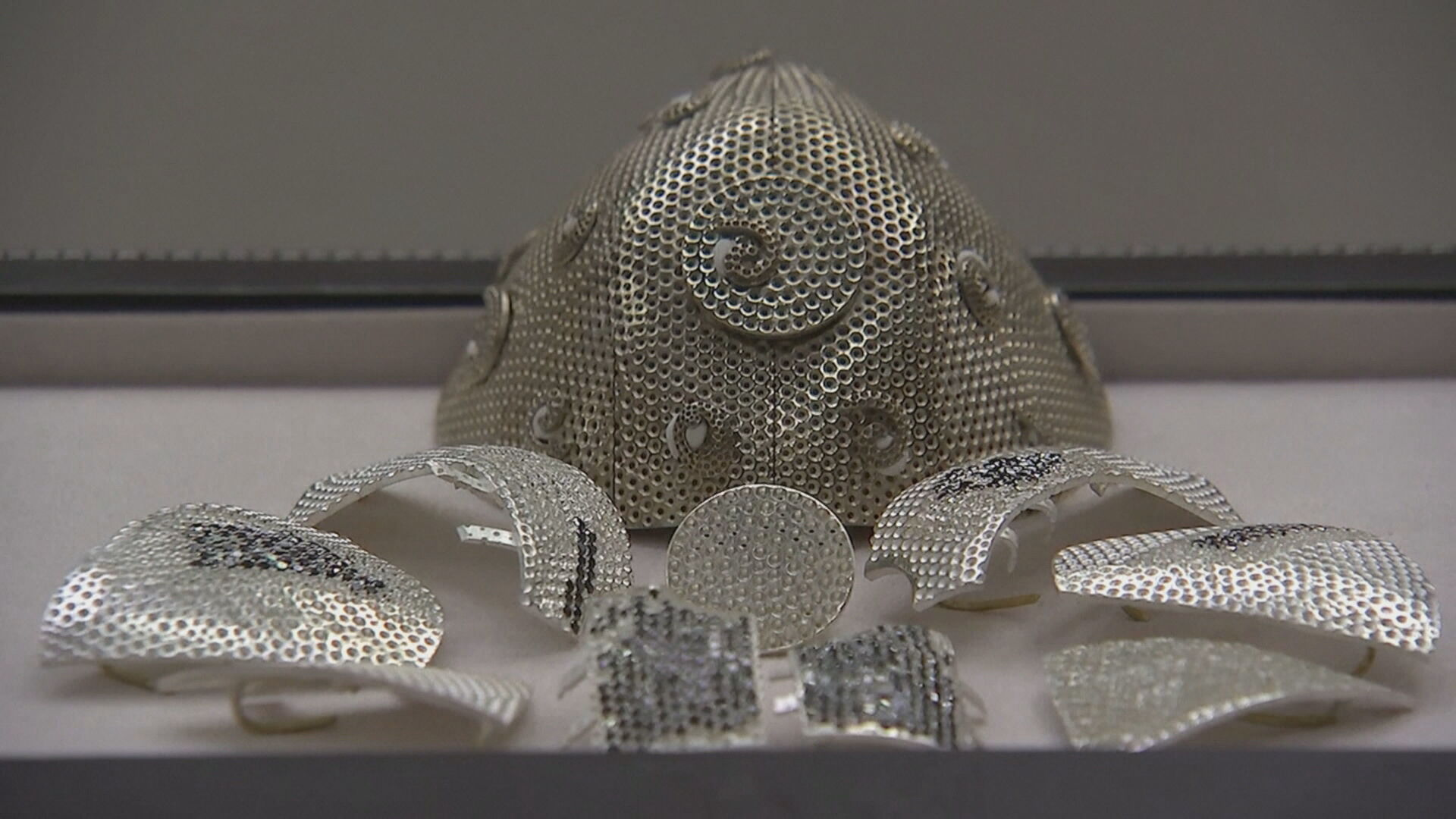 Máscara de ouro vendida por US$ 1,5 milhão que deve ficar pronta em outubro