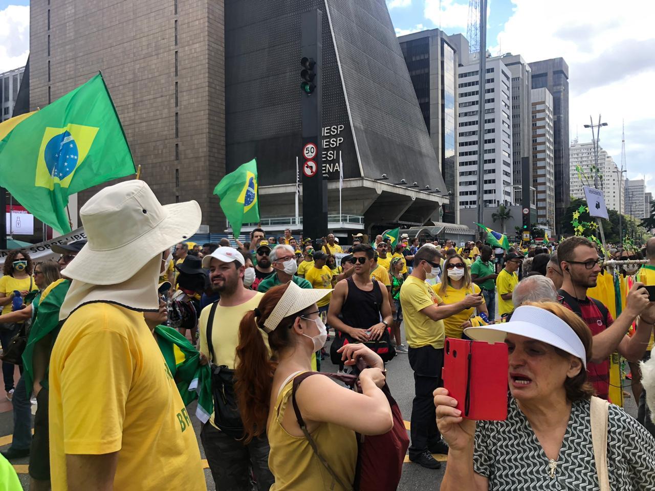 Atos pró-governo reúnem algumas centenas de pessoas na Avenida Paulista