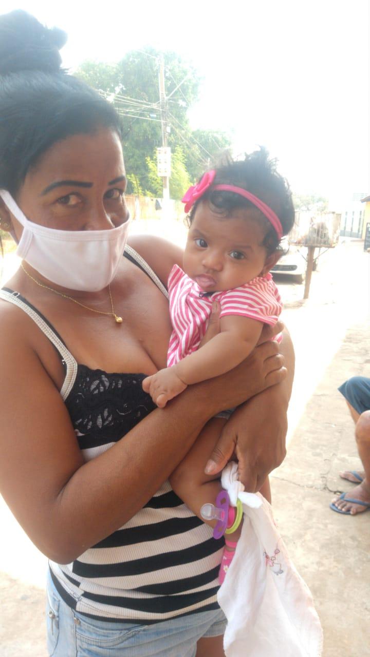 Vanessa Torres com a neta no colo após salvá-la de incêndio