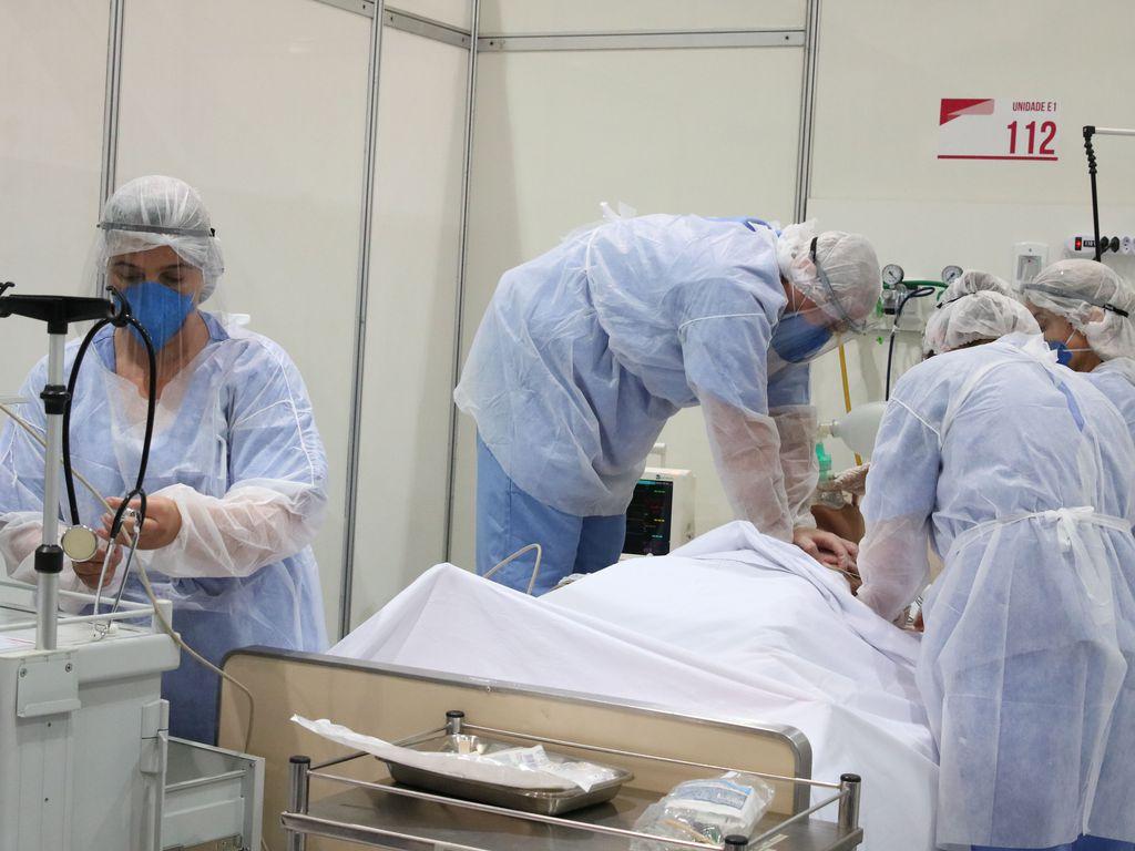 Tratamento de paciente com coronavírus em leito de UTI