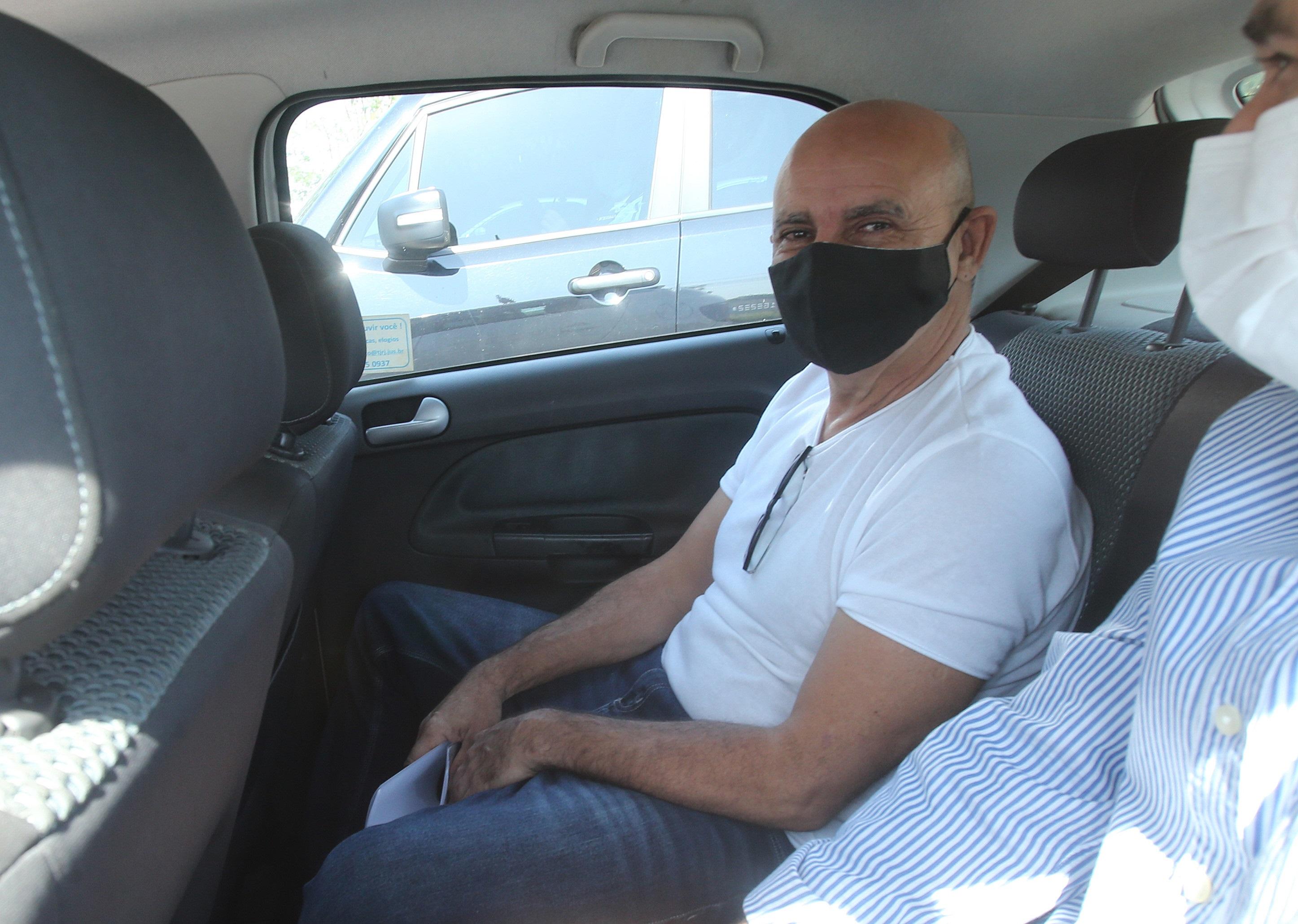 Ex-assessor parlamentar Fabrício Queiroz é visto dentro de um carro do Tribunal