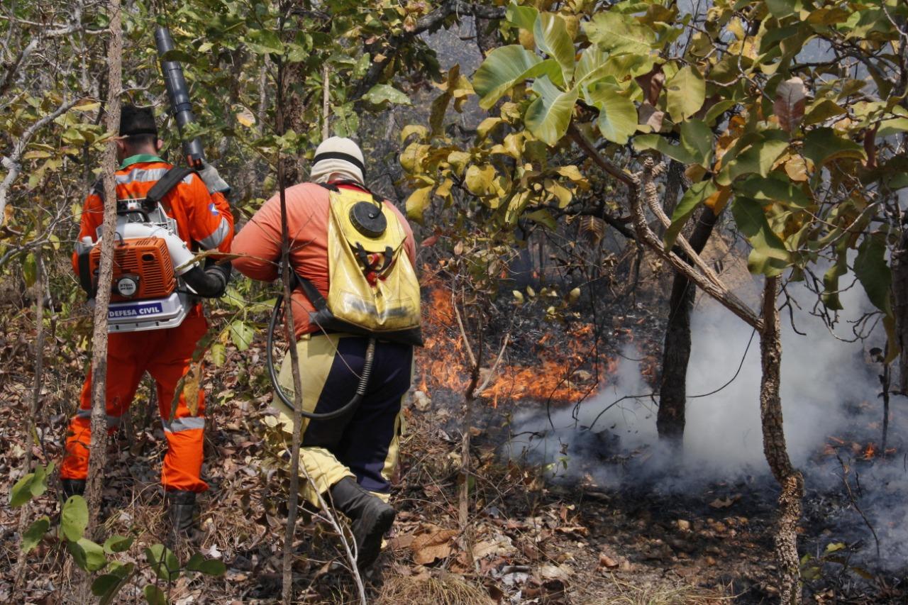 Bombeiros combatem foco de incêndio no Mato Grosso