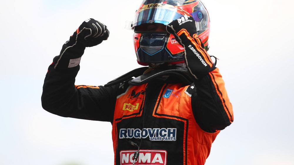 Felipe Drugovich comemora vitória do Grande Prêmio da Espanha de F2