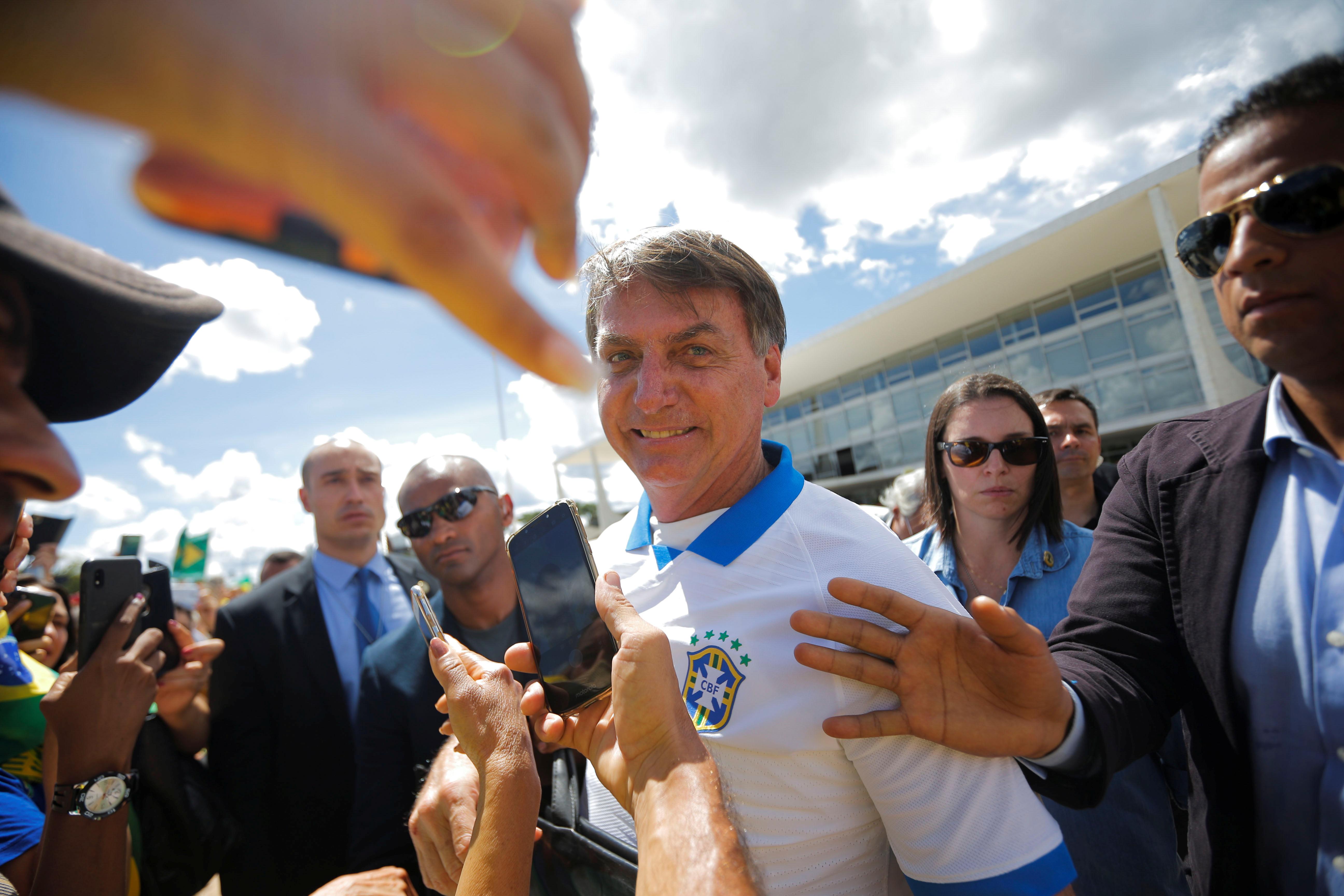 Bolsonaro cumprimenta apoiadores em frente do Palácio do Planalto