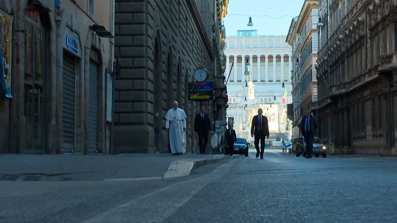 Papa caminha por ruas vazias  em meio à quarentena para conter coronavirus
