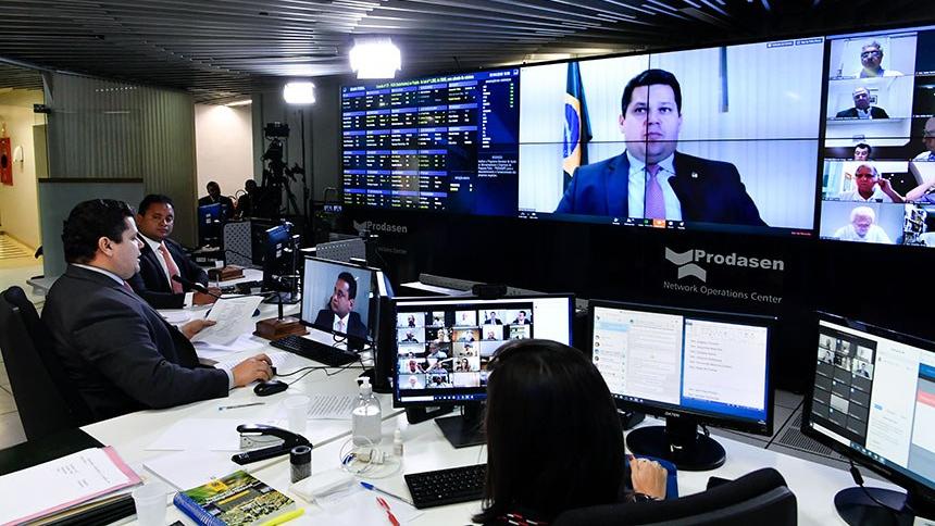 O presidente do Senado, Davi Alcolumbre, conduz sessão virtual
