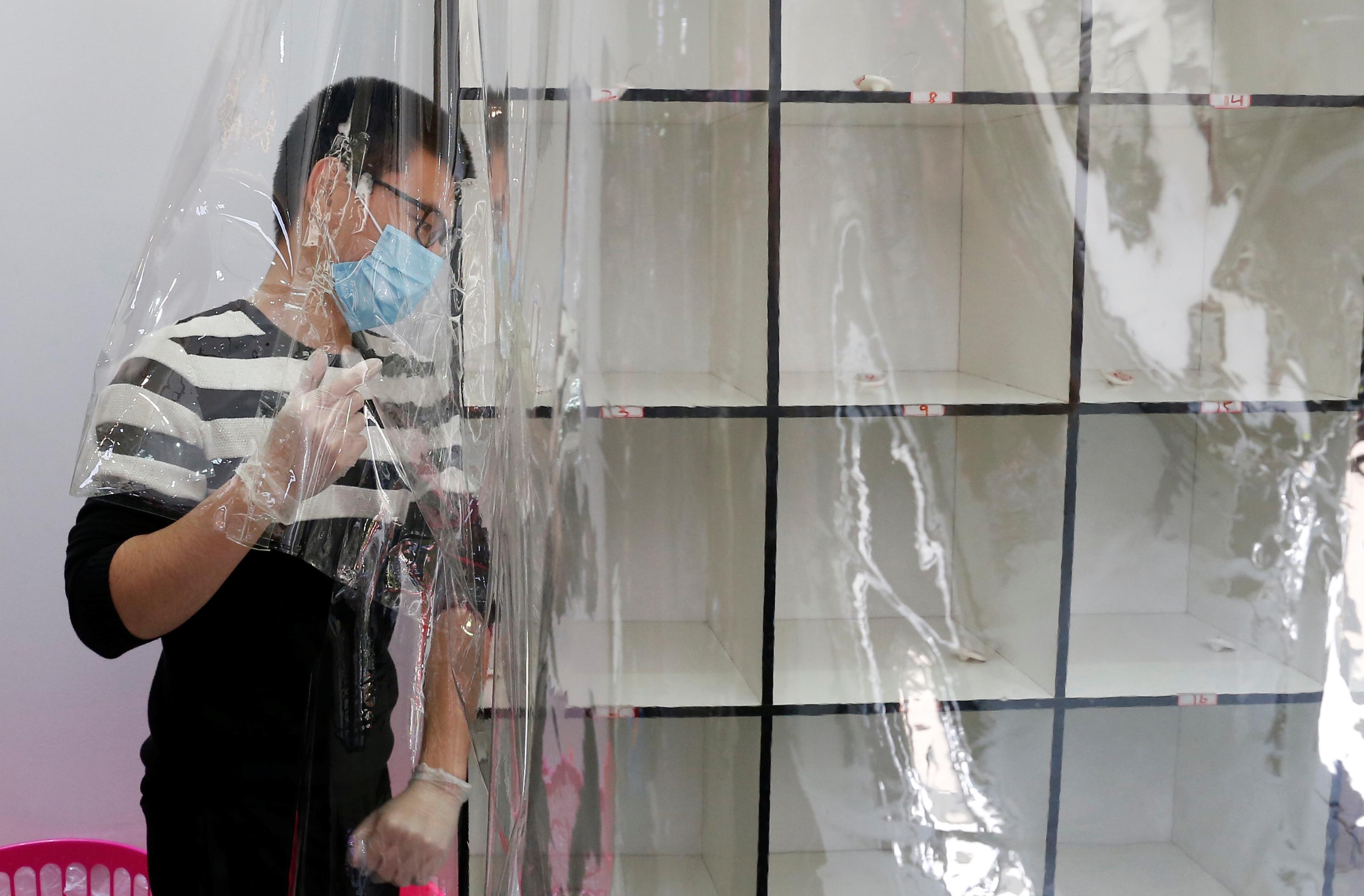 Chileno usa máscara contra novo coronavírus