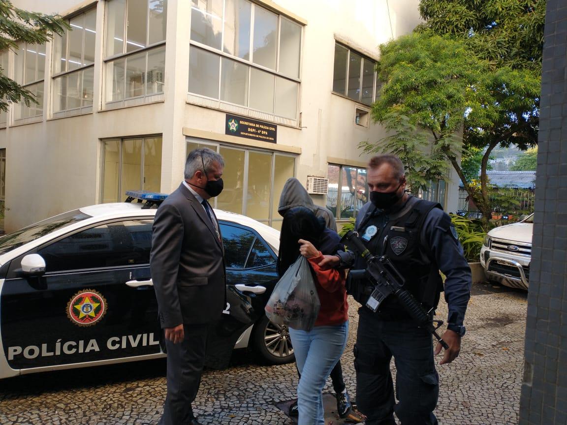 Suspeitos de envolvimento no crime chegam à delegacia