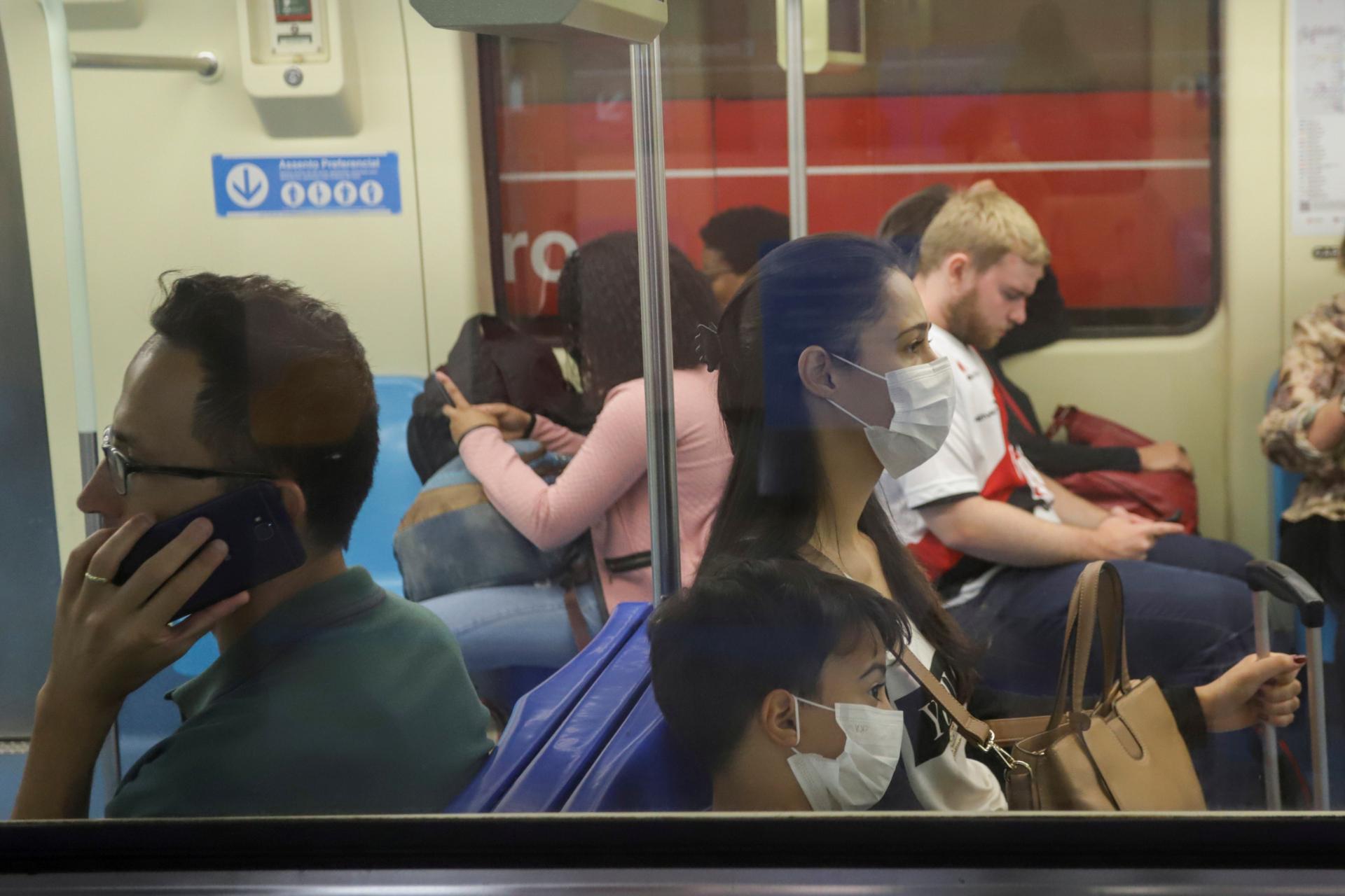 Pessoas usam máscara em metrô de São Paulo