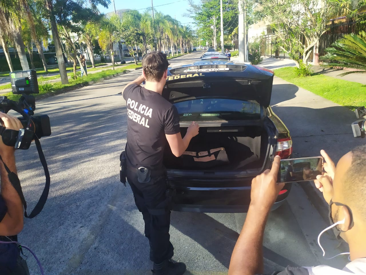 Policiais cumprem mandados de busca e apreensão na casa do Pastor Everaldo