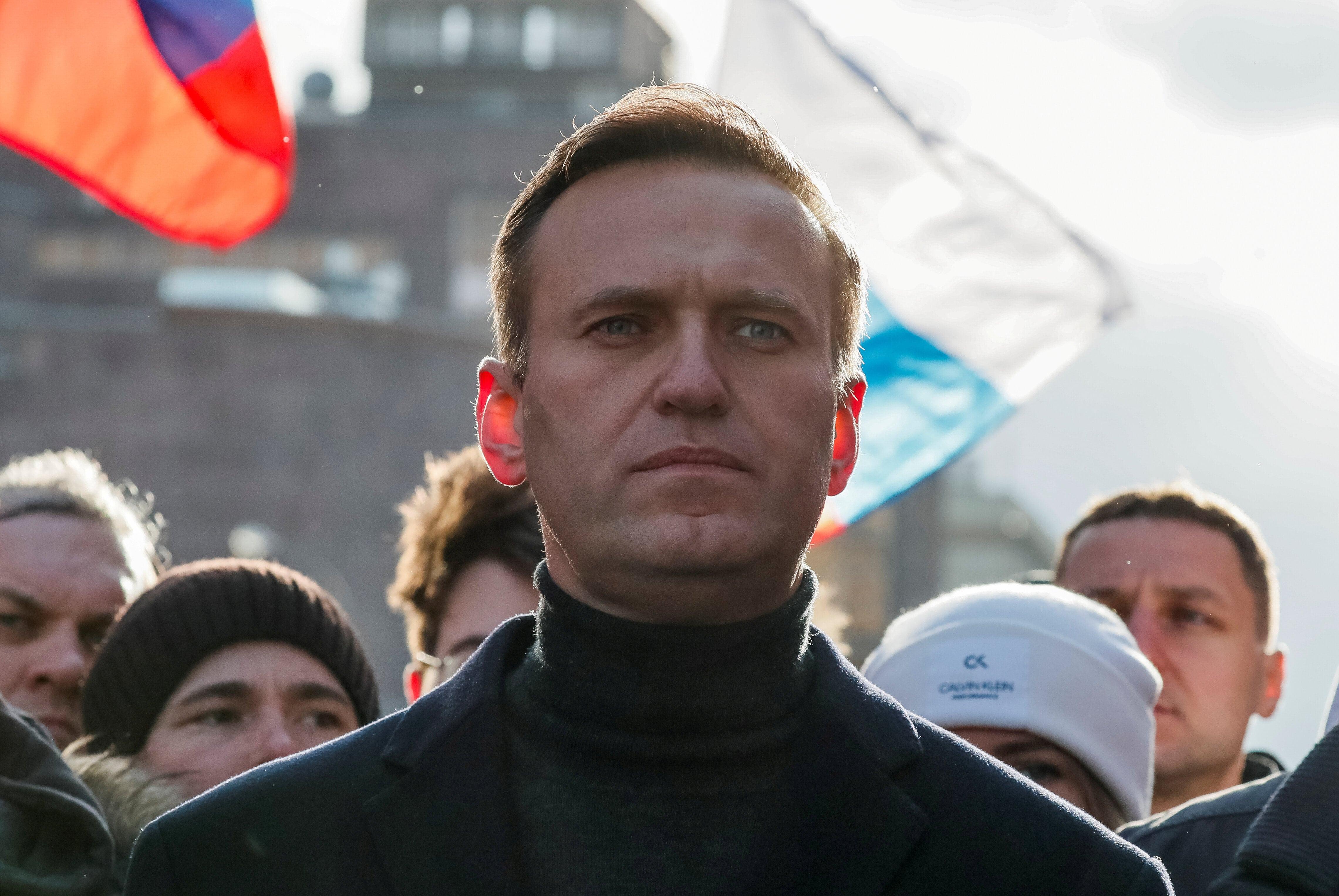 Ativista russo em frente a diversas bandeiras do país