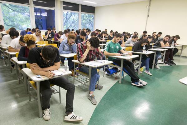 Estudantes fazendo vestibular da USP