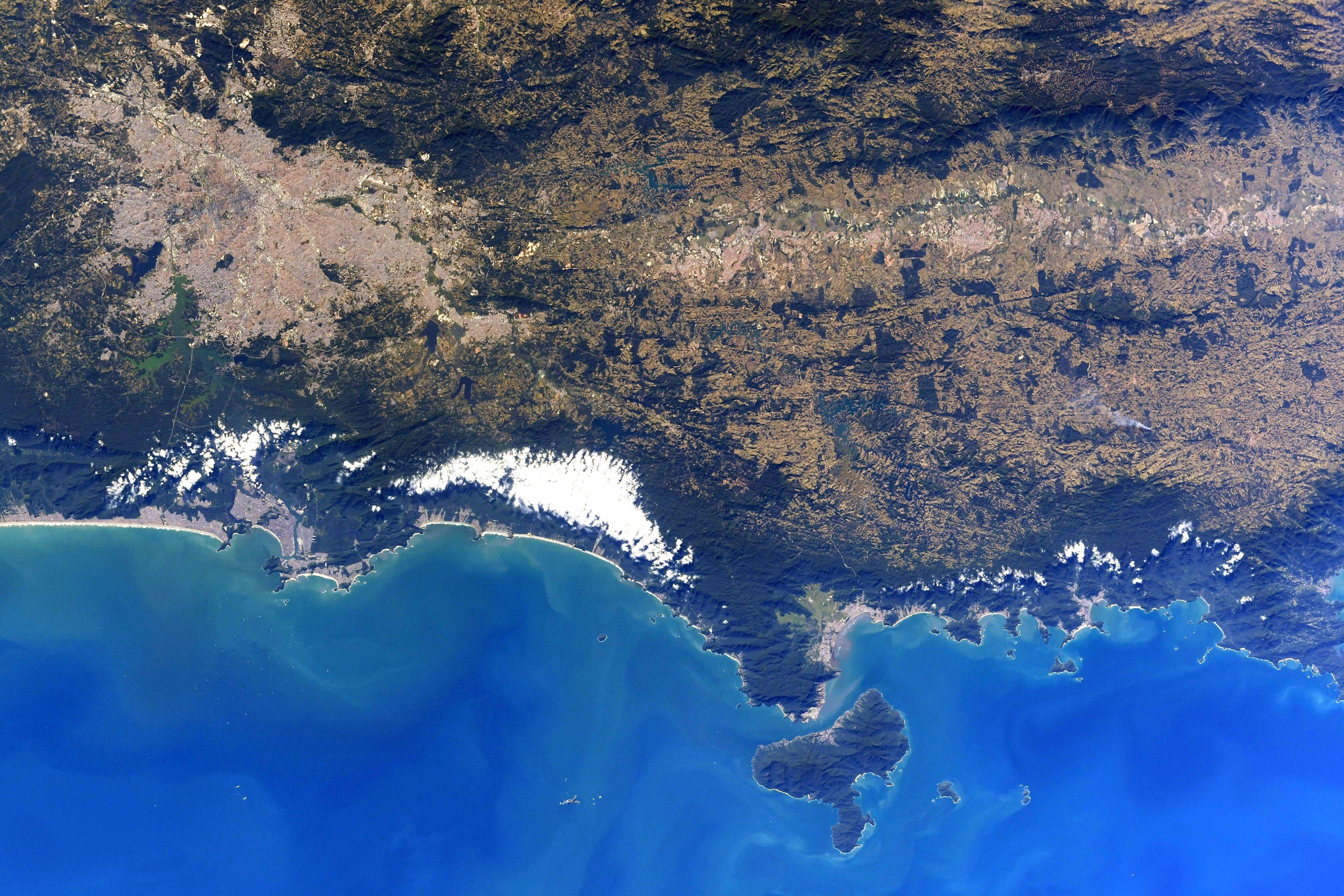 Foto tirada por astronauta da Nasa mostra litoral paulista visto do espaço