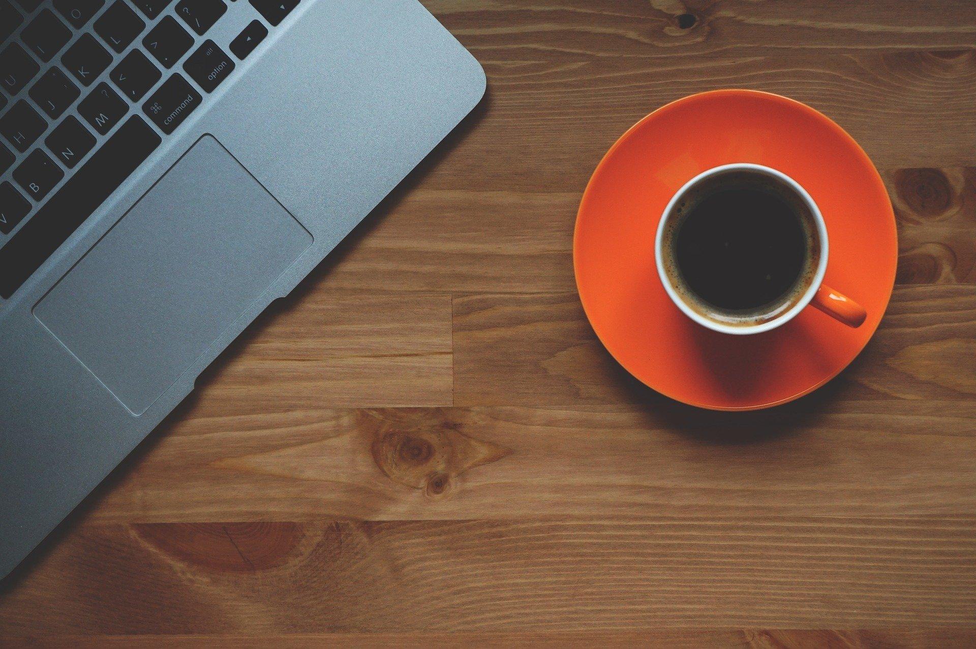 Xícara de café em mesa