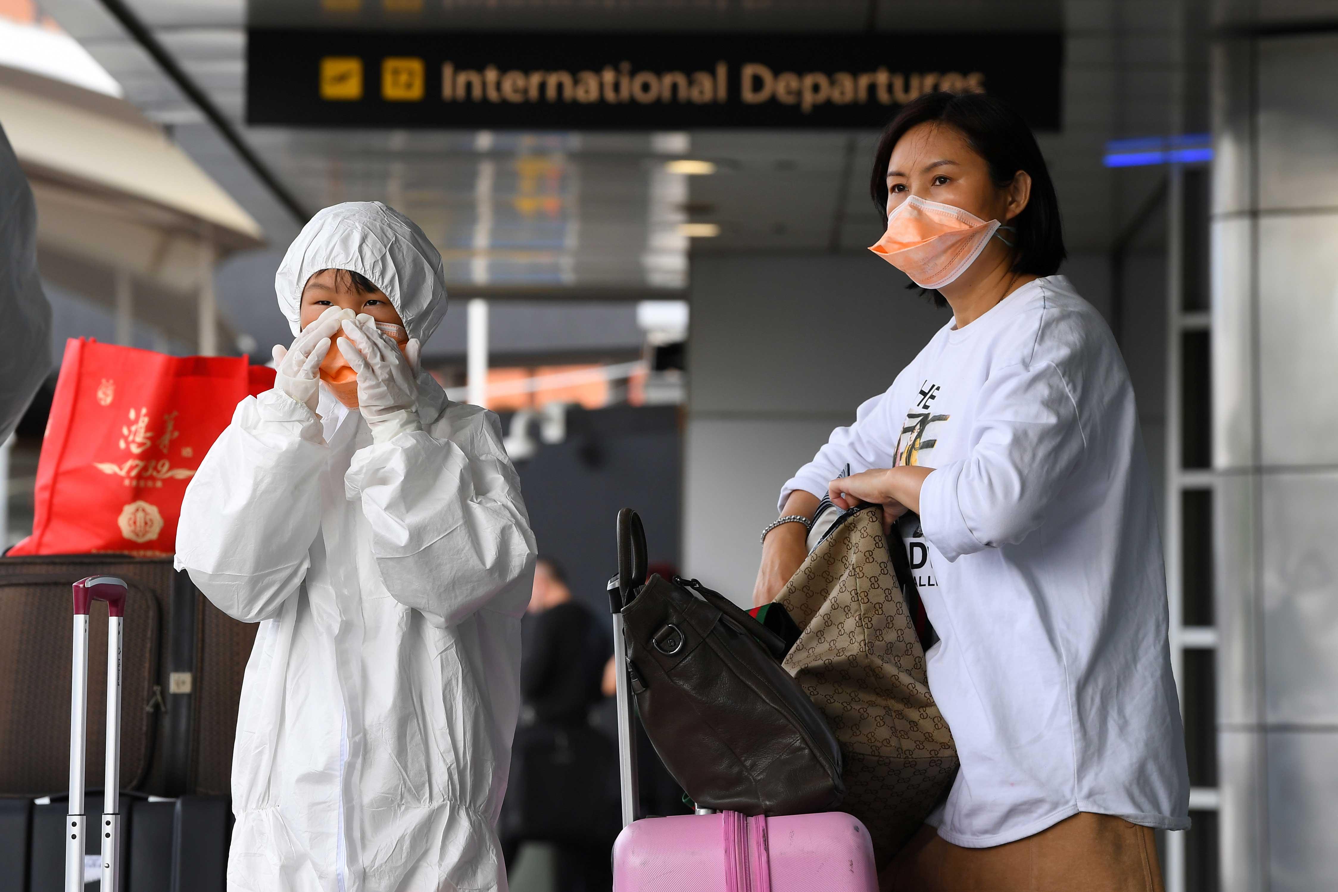 Passageiras usam equipamento de segurança no aeroporto de Melbourne