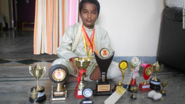 Menino com dez anos com seus troféus