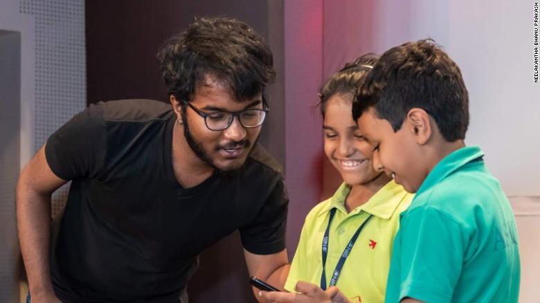 Neelakantha Bhanu Prakash ajudando duas crianças com matemática
