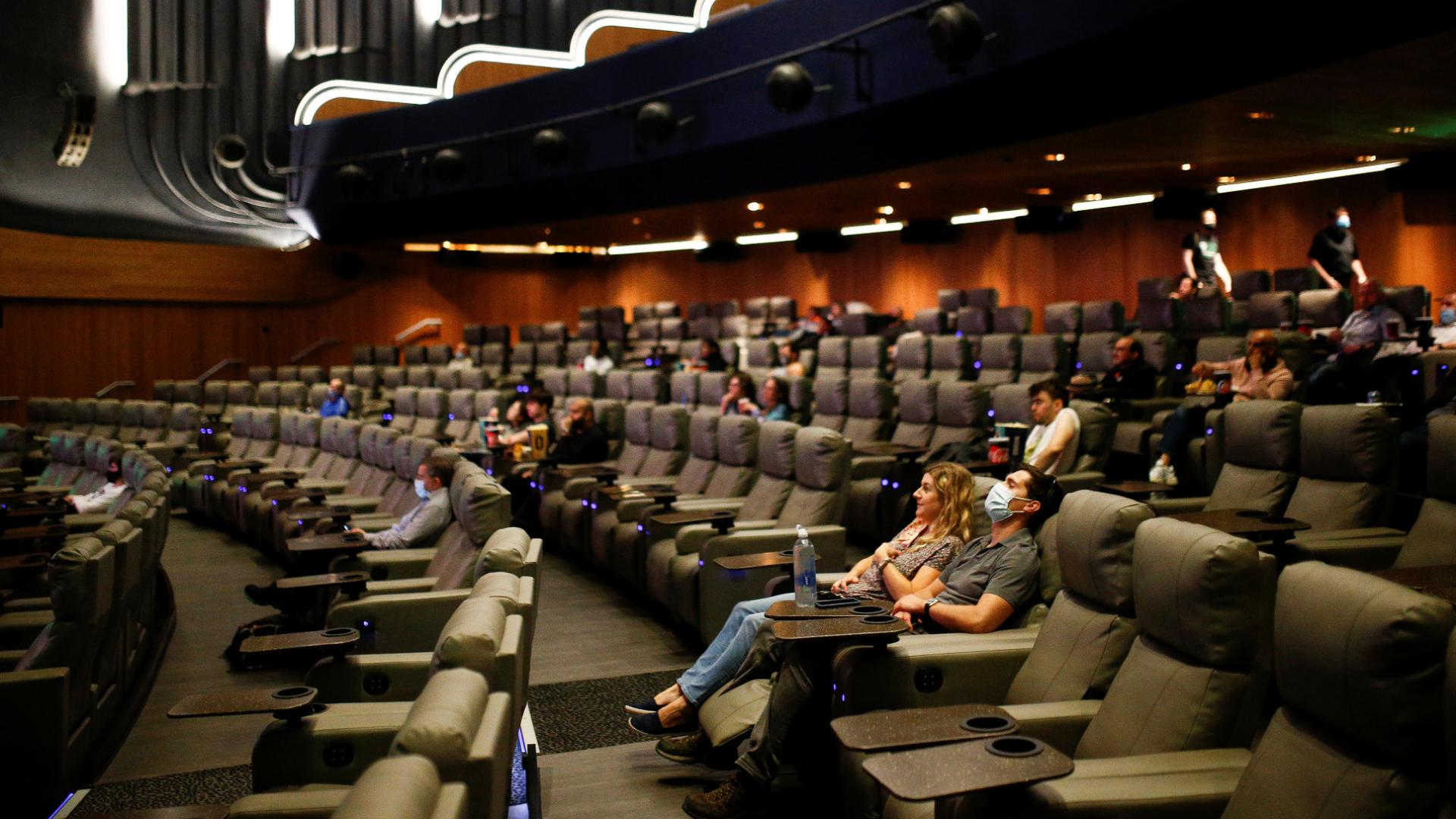 Sessão de Tenet em cinema de Londres, na inglaterra, na estreia do filme no país