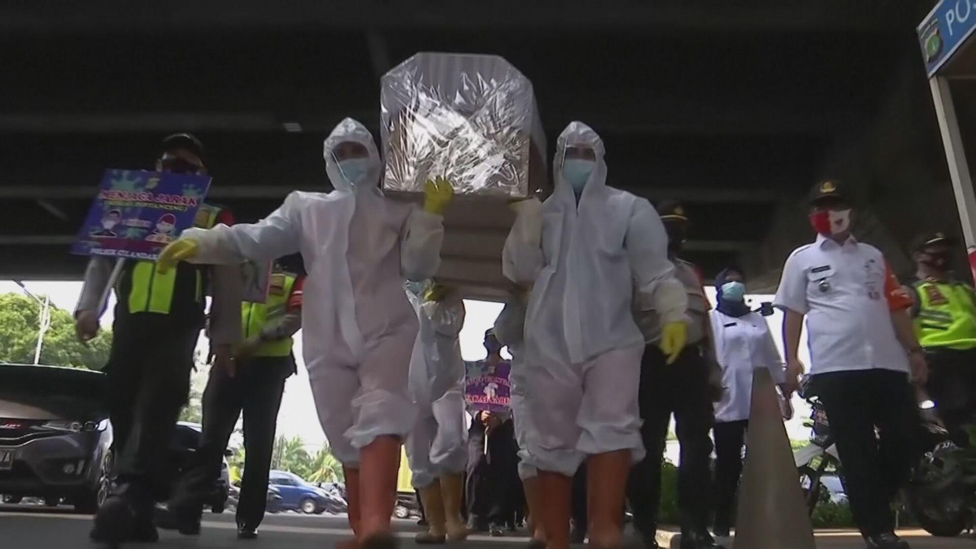 Indonésia pune pessoas sem máscaras com 'passeio' em caixão pelas ruas
