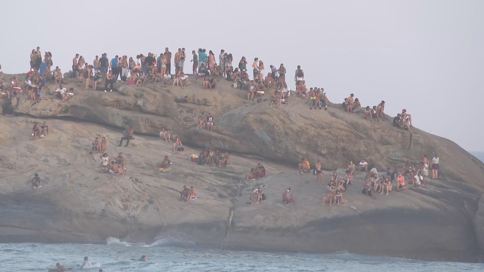 Aglomeração na pedra do Arpoador, no Rio de Janeiro (05.set.2020)