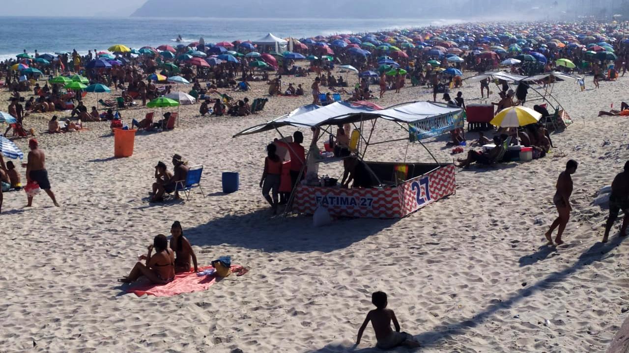 Milhares de pessoas encheram as prais do Rio neste domingo (6)
