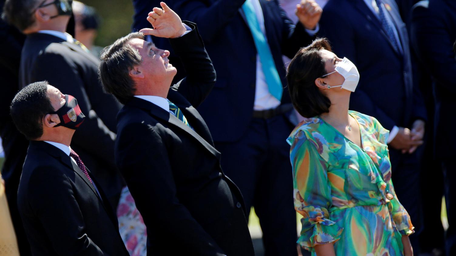 Bolsonaro, Michele e Mourão acompanham apresentação da Esquadrilha da Fumaça
