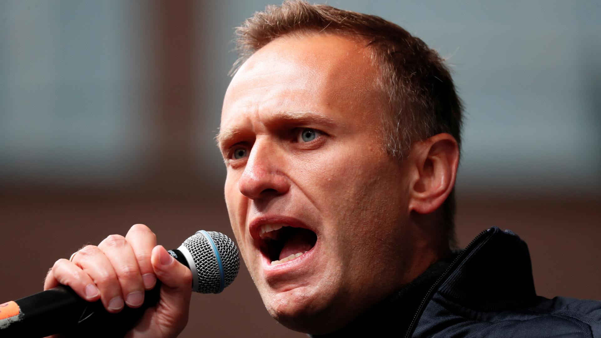 O opositor russo Alexei Navalny saiu do coma induzido e responde a estímulos