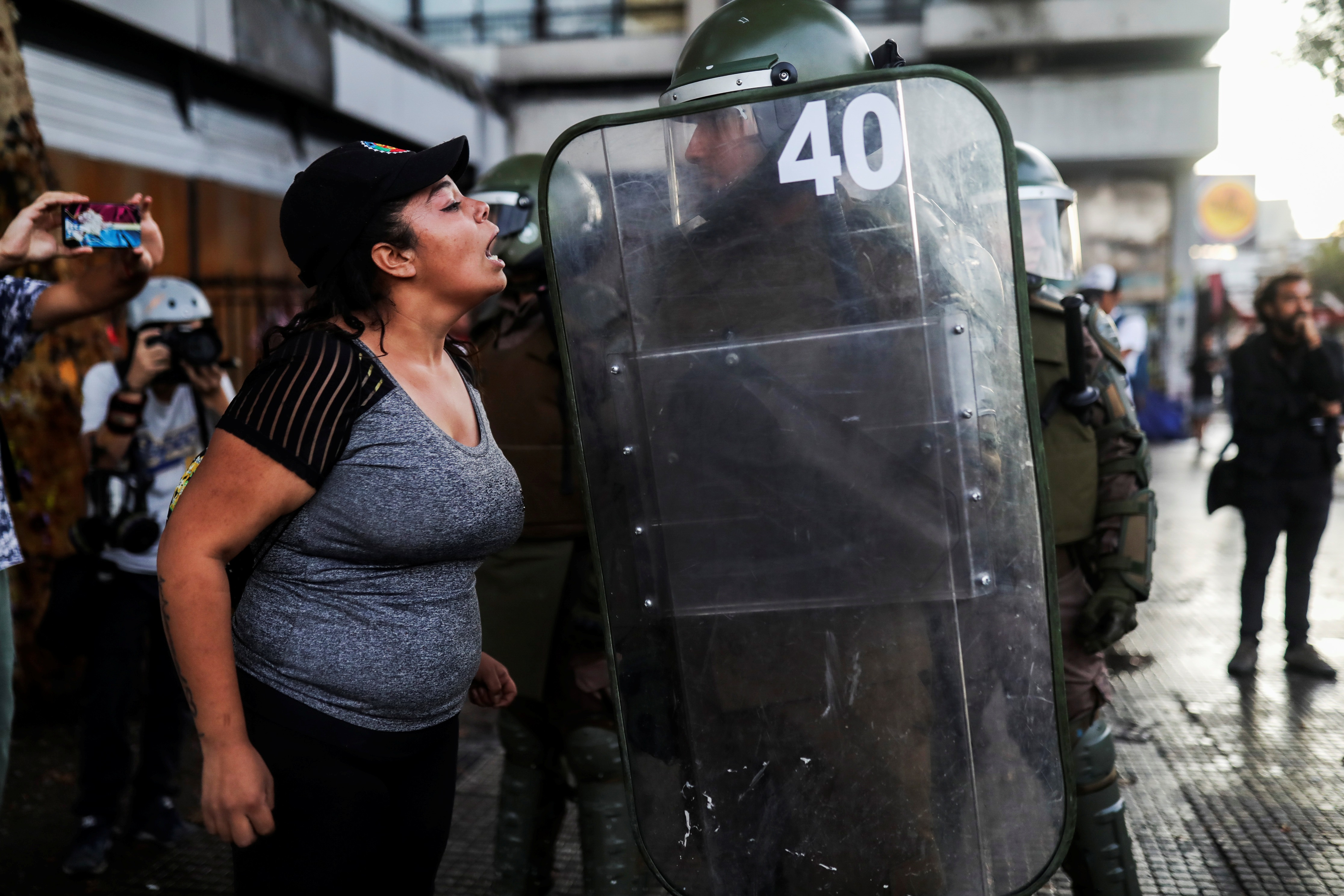 Protestante confronta polícia chilena