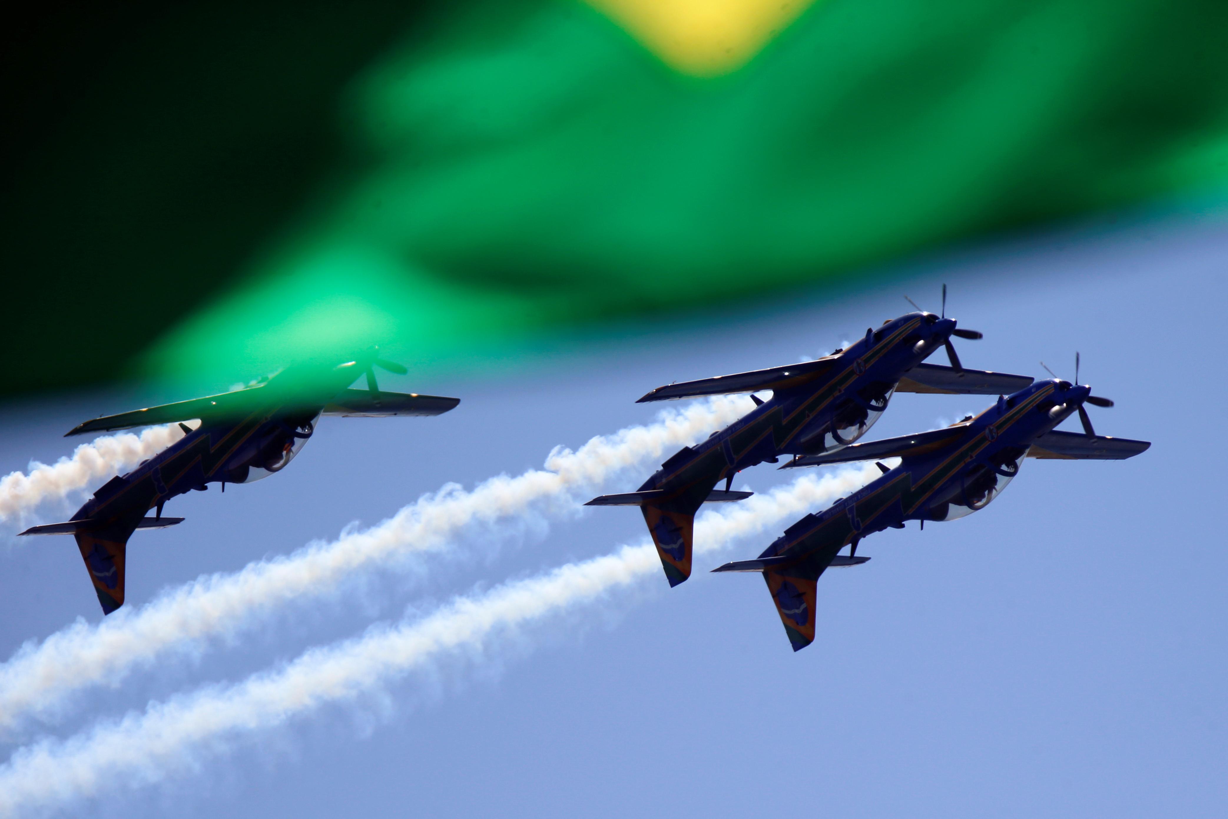 Aviões da Esquadrilha da Fumaça em voo invertido na cerimônia do 7 de Setembro