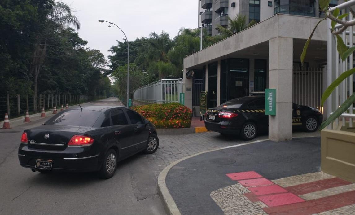 Agentes da PF em um condomínio de altíssimo padrão na Barra da Tijuca, Zona Oest