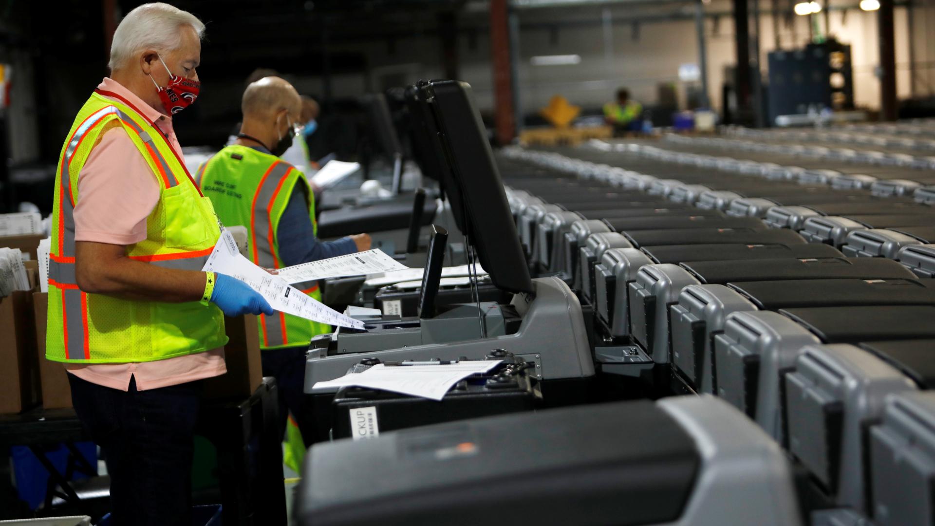 Funcionários da Justiça eleitoral dos EUA preparam máquinas para conta cédulas