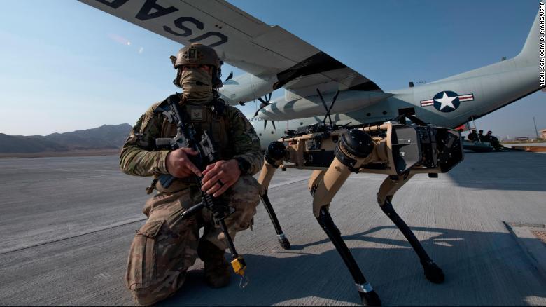 Cachorro robô e soldado americano