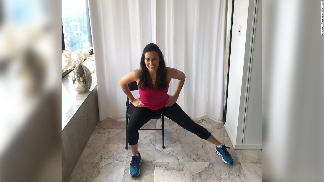 Stephanie Mansour fazendo alongamento