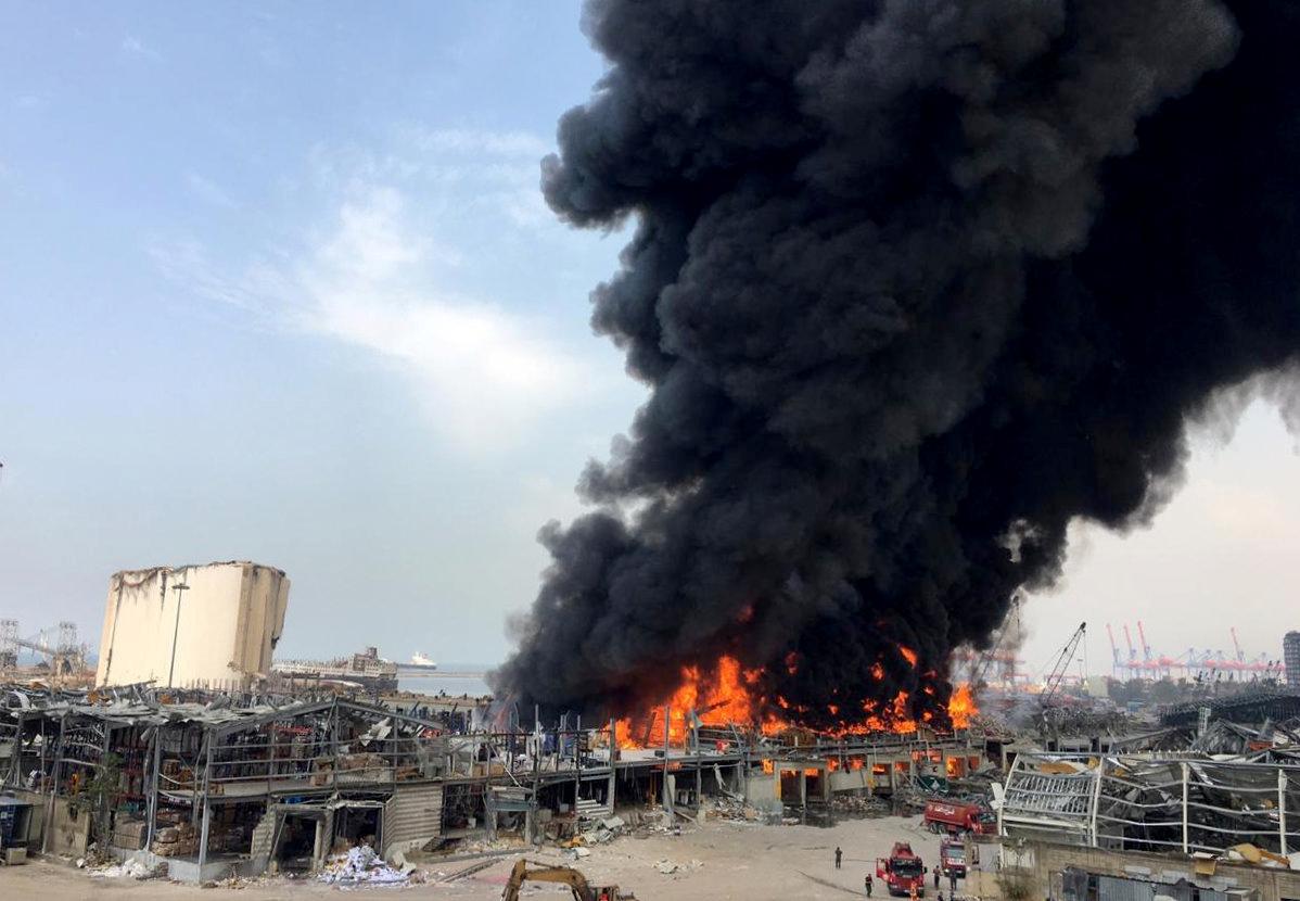 Grande incêndio atinge porto de Beirute