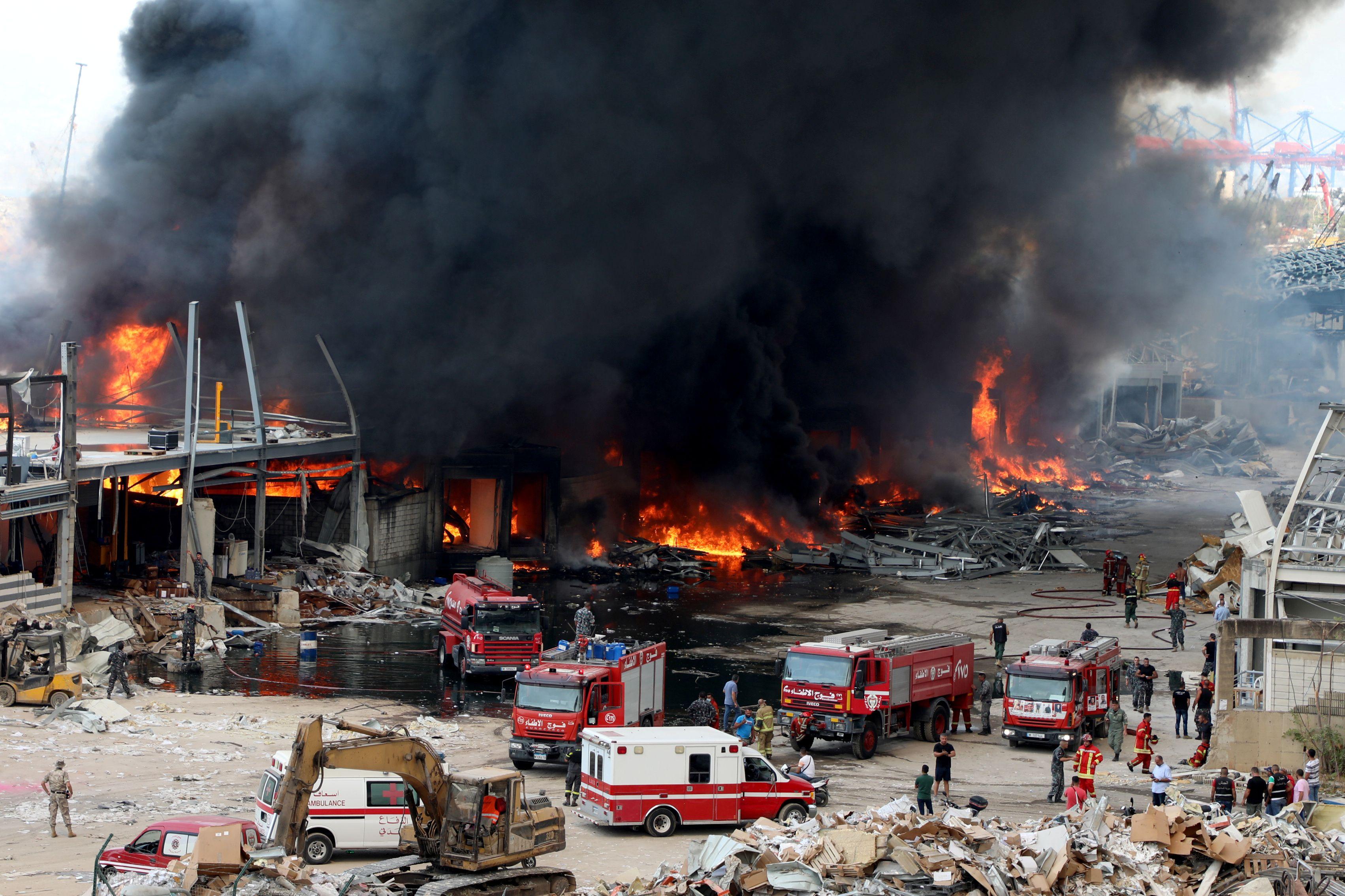 Ainda não se sabe o que causou as chamas no porto de Beirute